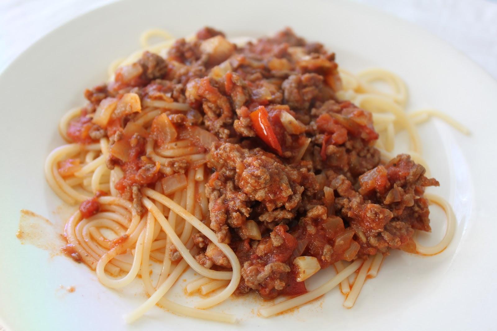 Jauhelihakastike Ja Spagetti