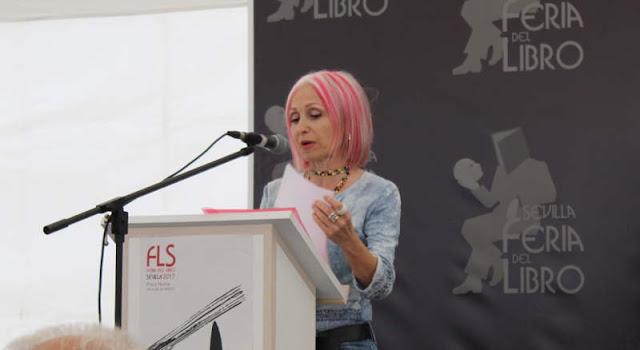 Pilar presentadora del acto de ISA lee en la feria del libro 2017