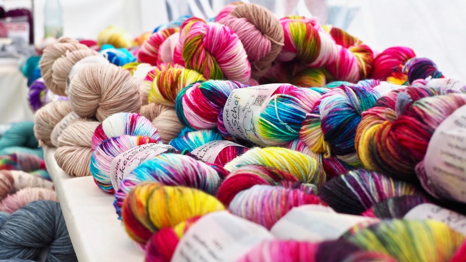 Handgefärbte Garne von Wollkenschaf