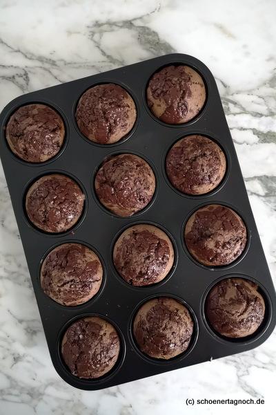 Muffinblech mit Schokoladenmuffins
