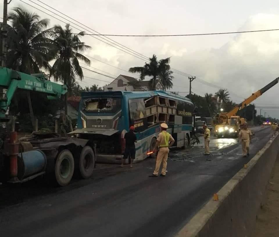 2 xe khách biển Gia Lai (của cùng một nhà xe Hồng Hải) tông nhau 'vỡ nát' ở Bình Định