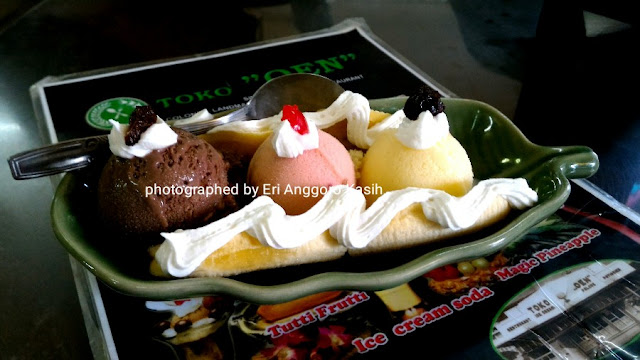 Foto Banana Split salah satu menu favorit Es Krim di Toko Oen, Malang.
