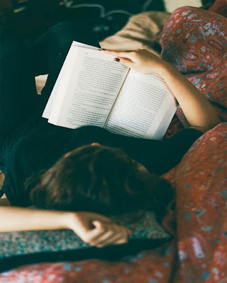 foto tumblr leyendo libro acostada