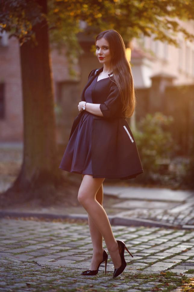 Czarny płaszcz, granatowa sukienka i szpilki + piosenki, którymi pragnę się z Wami podzielić