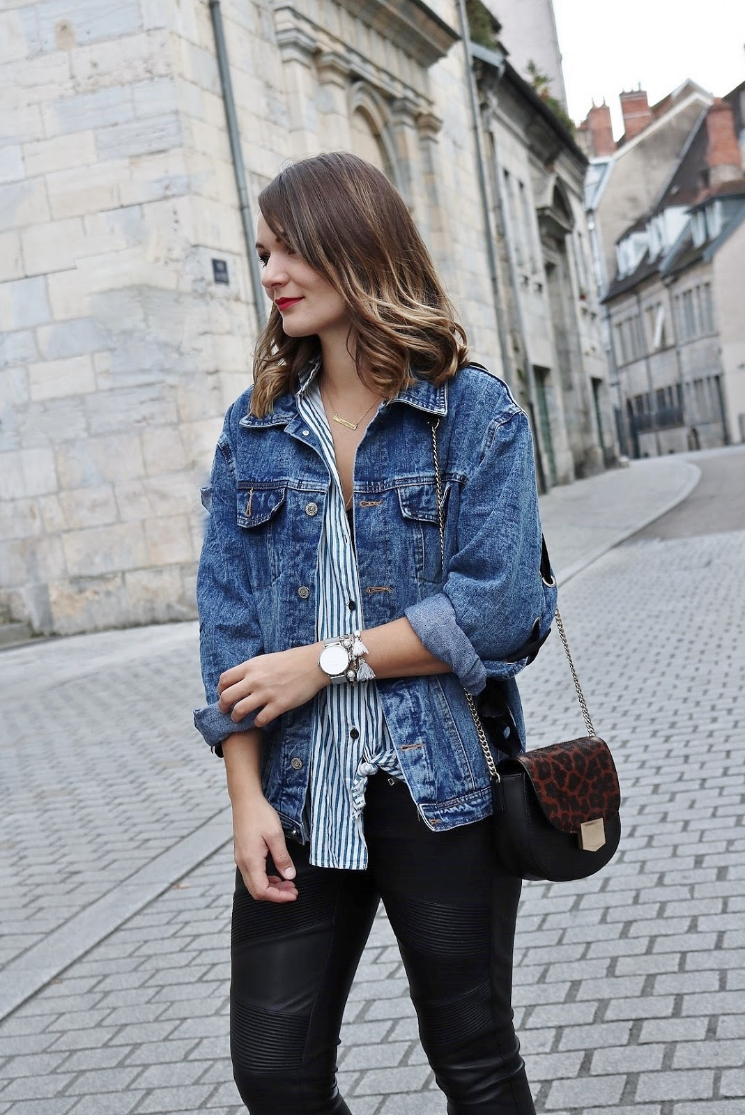 pauline-dress-tenue-look-besancon-veste-denim-lace-up-noir-tregging-chemise-rayee-sac-leo-zoom-corps