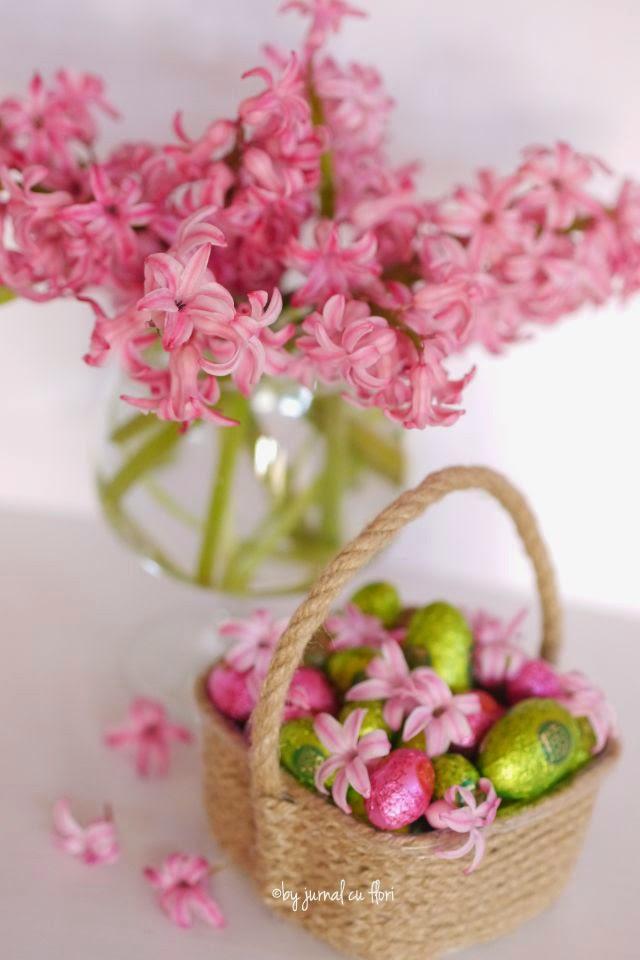 buchet zambile roz cos cu oua de ciocolata Paste