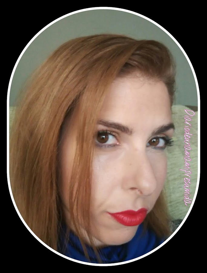 maquillaje luminoso, verde y labios rojos