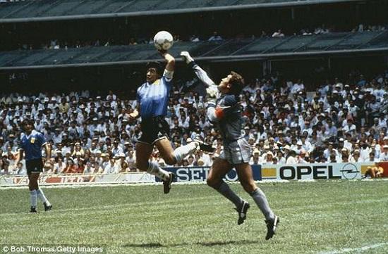Bàn thắng gây tranh cãi của Maradona.