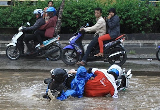 seringkali orang menyepelekan kondisi jalanan yang basah karena diguyur hujan dengan mema Inilah Tips Berkendara Motor Di Jalanan Basah