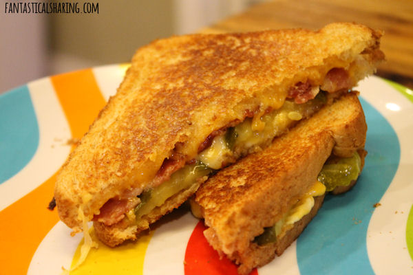 Dill Pickle Bacon Grilled Cheese // This sandwich is loaded with two types of cheese, bacon, and pickles! YUM! #recipe #bacon #pickles #sandwich #grilledcheese