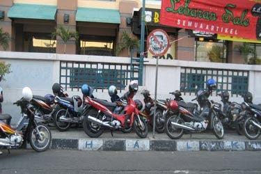 motor dan trotoar1 9 Kebiasaan Buruk Orang Indonesia Saat Menggunakan Media Transportasi Umum