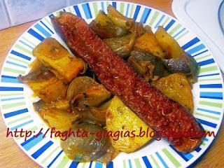Λουκάνικα με πατάτες στιφάδο, στη γάστρα - από «Τα φαγητά της γιαγιάς»