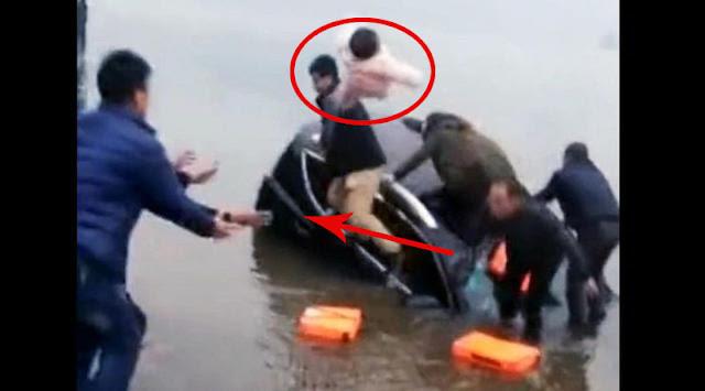 [Video ] Dramatis, Ayah Lempar Bayinya karena Mobil Nyaris Tenggelam