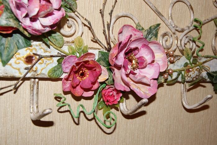 Цветы из пластиковых бутылок в интерьере: декор вешалки