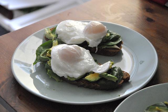 Eggs Benedict auf Brot