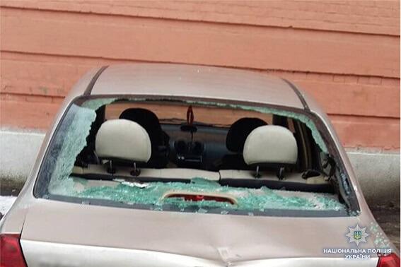 Автомобили во дворе Соломенского райсуда разбил топором житель Одессы
