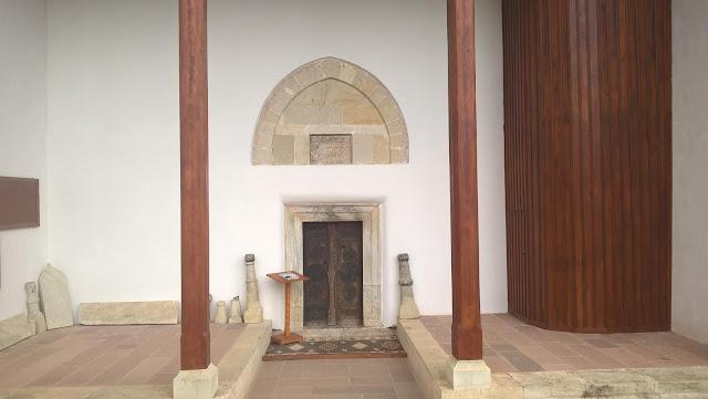Mahmut Bey Camii (Çivisiz Camii) giriş kapısı.