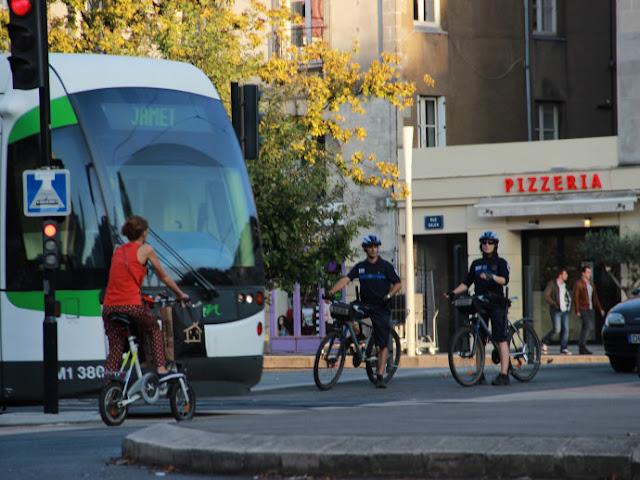 Andar de bicicleta em Nantes, França