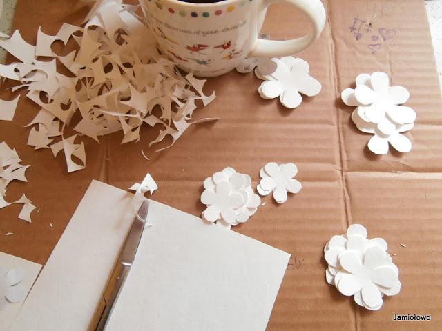 w czasie schnięcia papieru można wycinać kolejne płatki