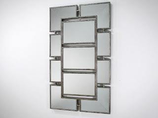 Vysoké nástenné zrkadlo.