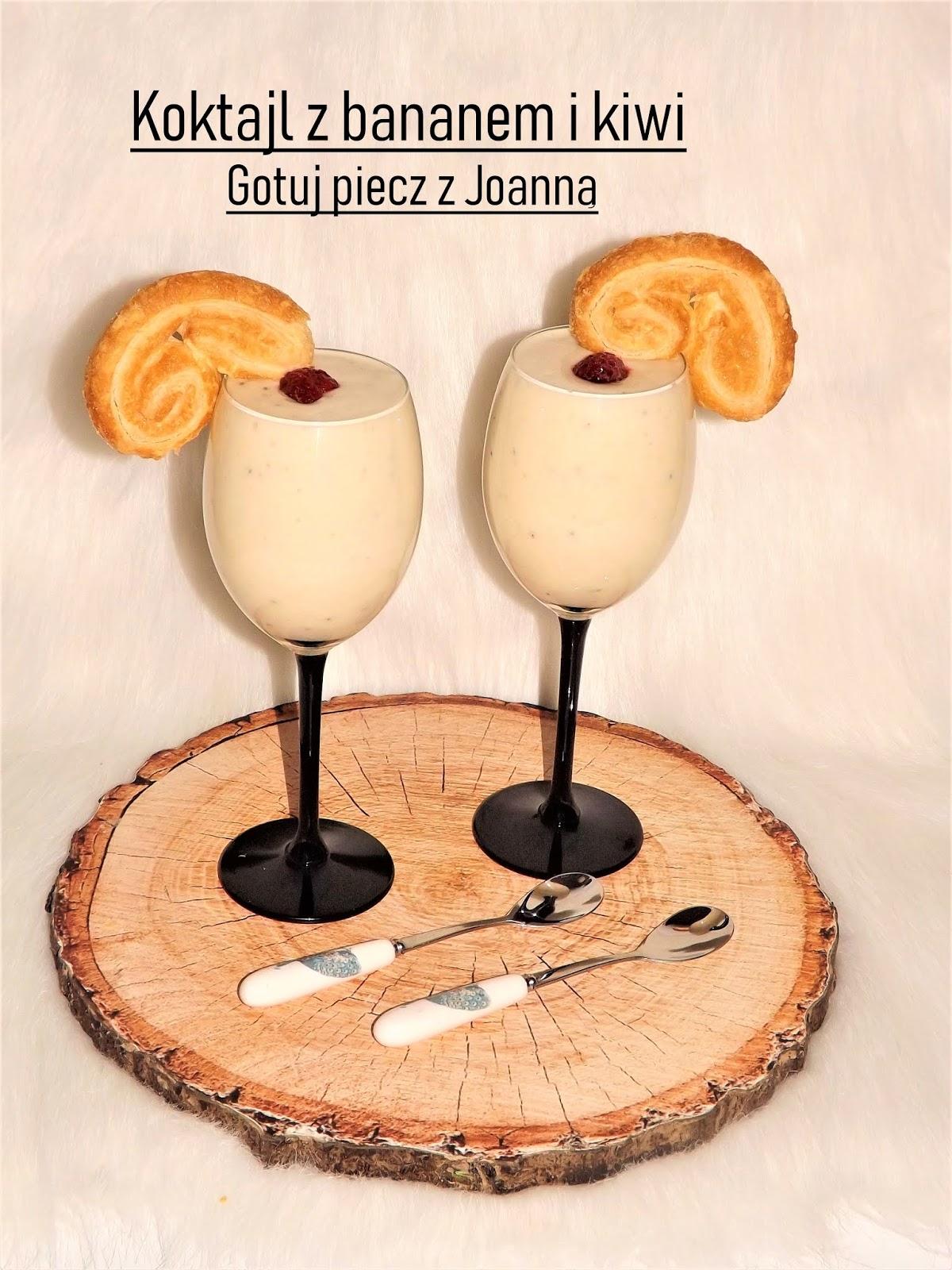 Jogurtowy koktajl z bananem, kiwi i ciateczkiem francuskim