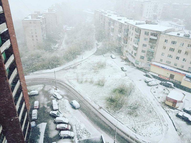 Người dân Moscow không khỏi ngỡ ngàng và bối rối khi thấy tuyết rơi bất ngờ trong ngày hạ