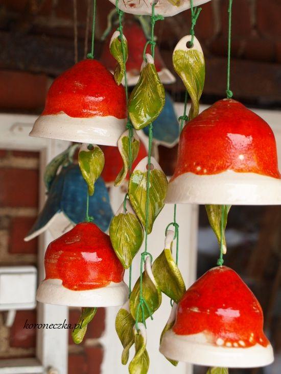 Czerwone dzwonki ceramiczne