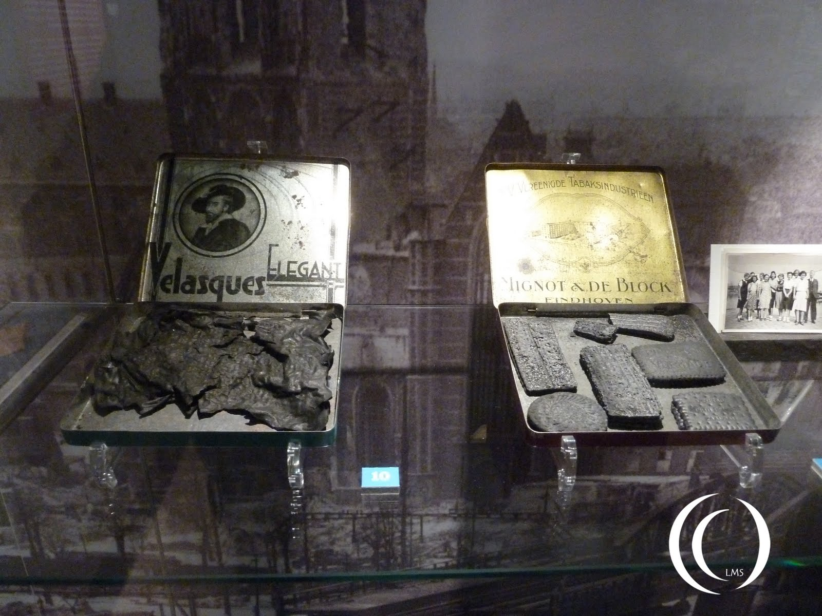 On the right flakes of ashes from Rotterdam, caught in Gouda and returned to the museum
