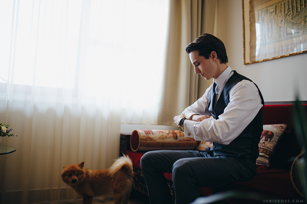 līgavaiņa gatavošanās viesnīcas numuriņā Riga Top Hair