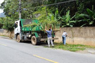 Nesta sexta-feira, 12, funcionários realiza, capina e limpeza na Rua Dr. Oliveira, na Barra
