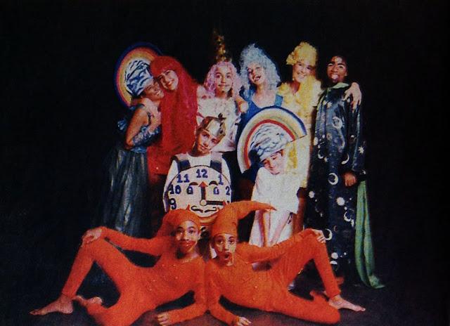 Elenco da peça No reino do rei reinante, escrita por Tércio Moraes e dirigida por Maura Moschen. A peça foi encenada nos teatros Galpão e Carlos Gomes em 1997. Foto jornal A Gazeta, 16/02/1997.