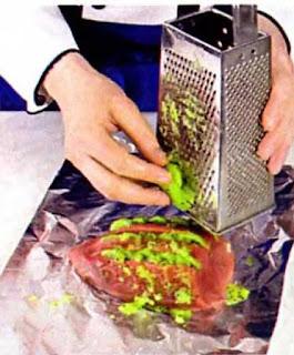 Достаем мясо, разворачиваем. Посыпаем солью и перцем, кладем веточку эстрагона. Закрепляем края фольги. Ставим в горячую 180-200 С духовку. Выпекаем 1 час.