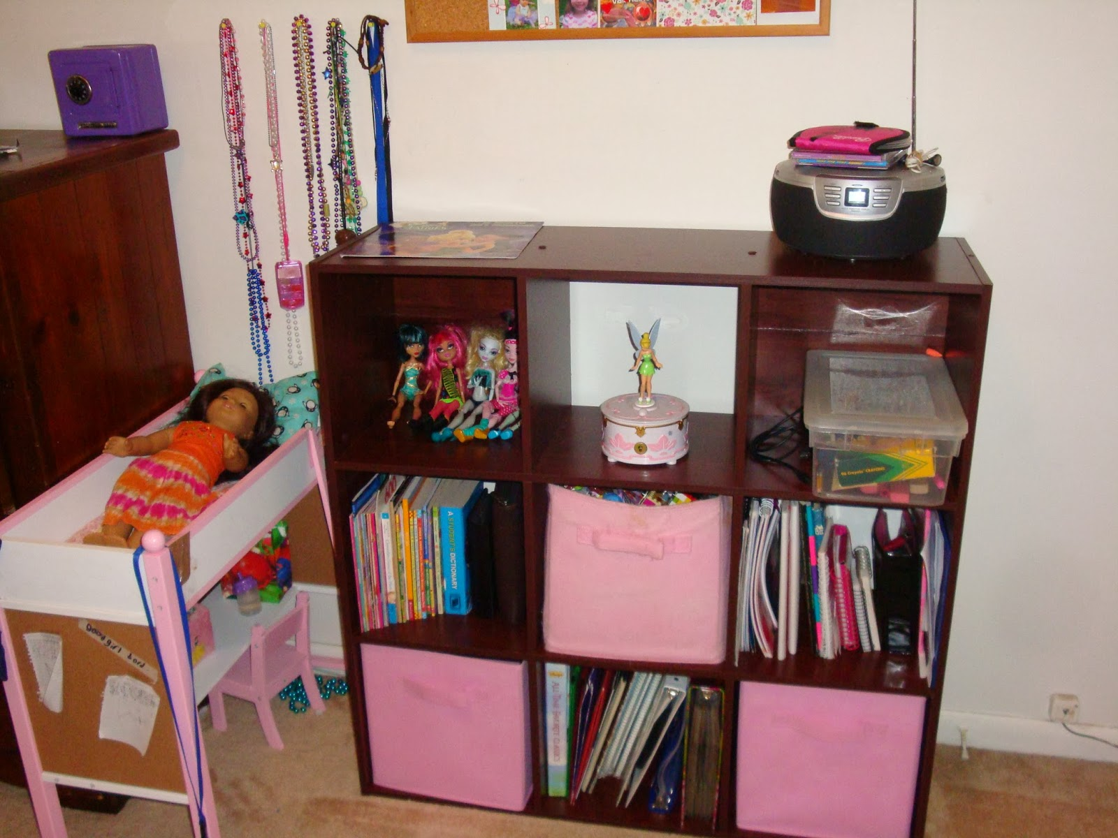 organizing small bedroom helpingmoms home how i organize a small bedroom 12750