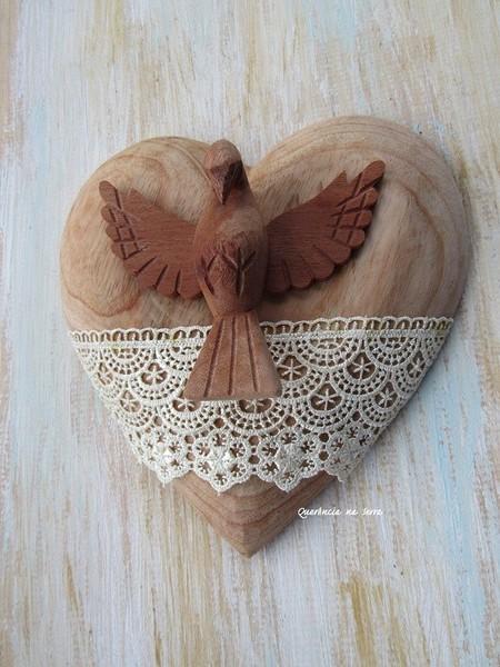 coracao-de-madeira-com-divino-decoracao