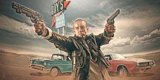 ilustración de pistolero con autos clásicos