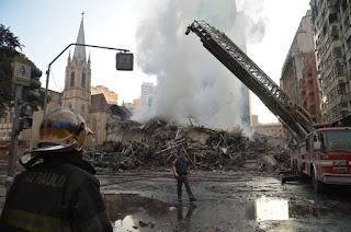http://vnoticia.com.br/noticia/2684-predio-de-26-andares-em-chamas-desaba-no-centro-de-sao-paulo