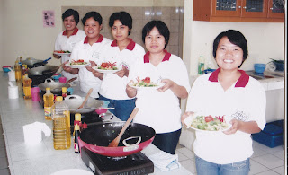 Pelatihan cara memasak dan menyajikan makanan bagi calon TKW di BLK