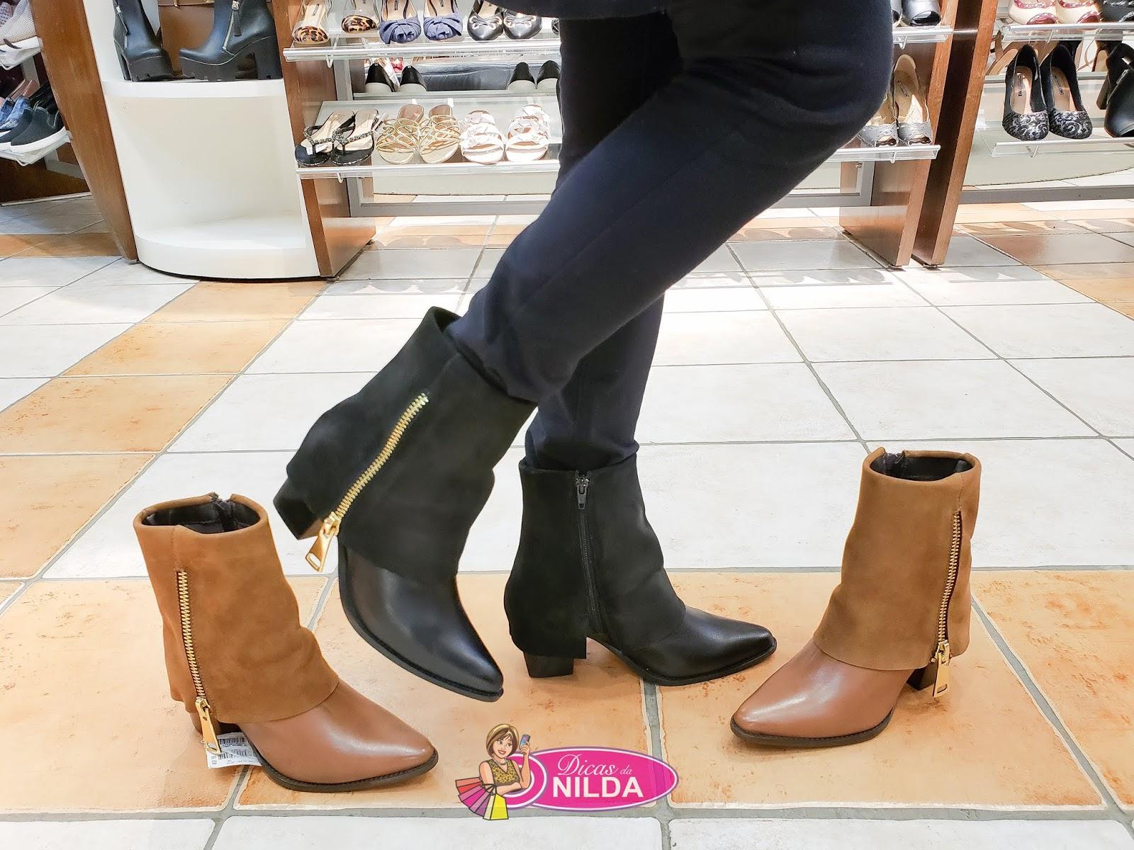 0c0ef72a4 Disponível nas cores preta e marrom. O detalhe do zíper lateral valoriza a  bota.