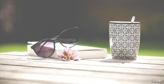 hoa, sách và kính mắt