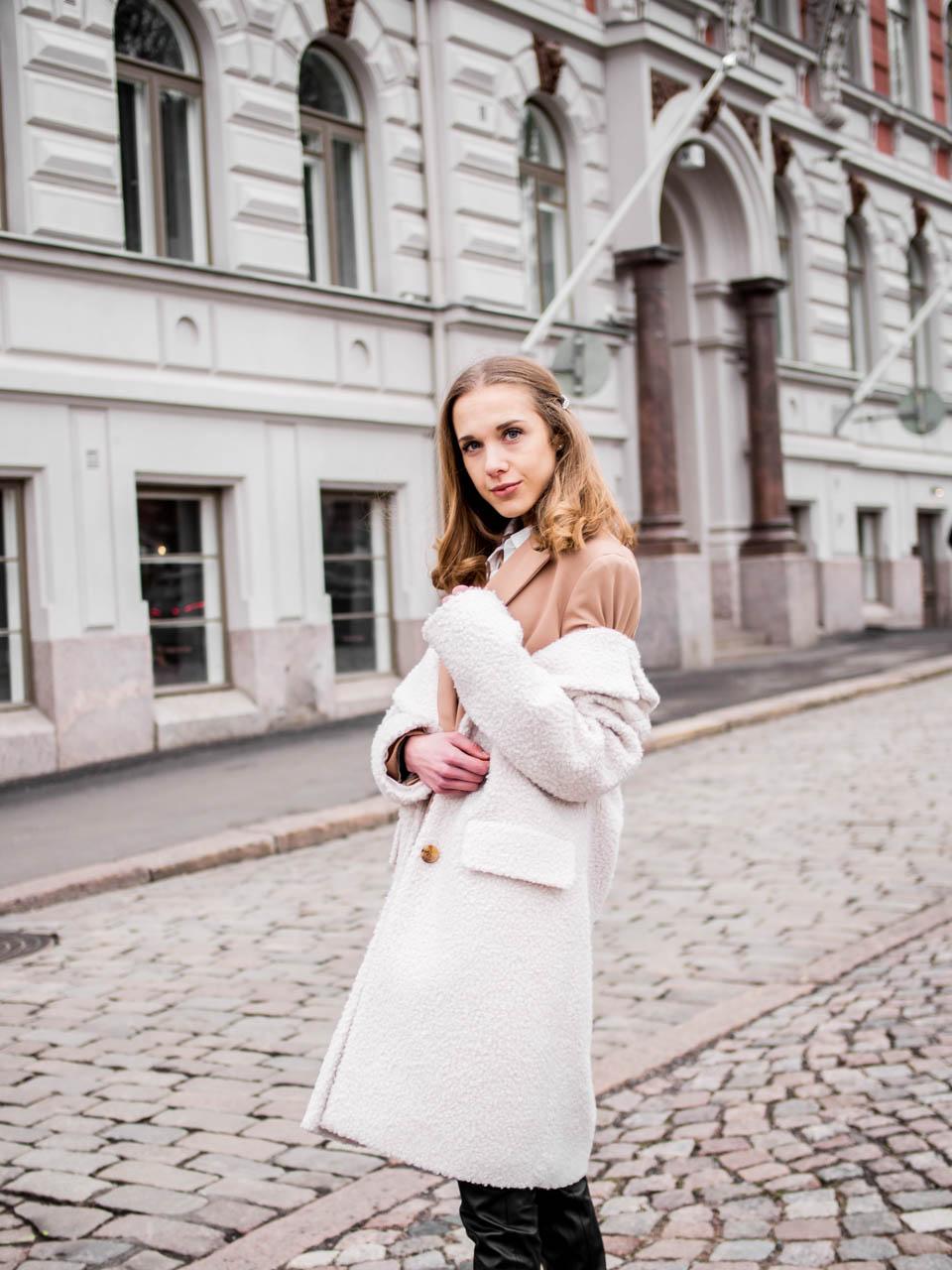 Fashion blogger outfit, white teddy coat, camel blazer, faux leather trousers - Muotibloggaaja, talvimuoti, Helsinki