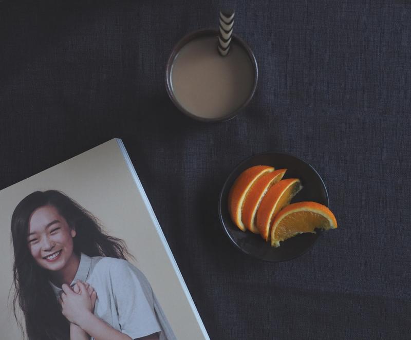 kinfolk lehti, appelsiinia ja kahvia