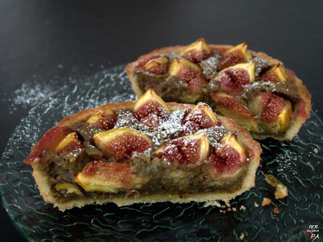 Tarta con crema frangipane de pistachos y té matcha y cobertura de higos