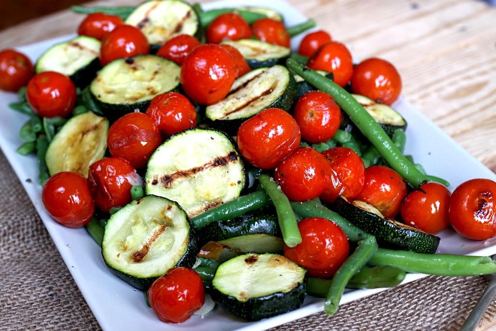 Sałatka z fasolki, grilowanej cukini i pomidorków