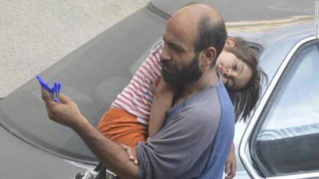 Masyaallah, Pengungsi Suriah Ini Jual Pulpen Sambil Gendong Anaknya