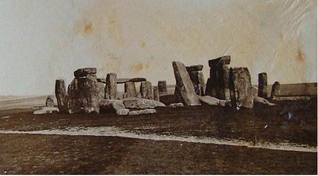 Стоунхендж (англ. Stonehenge, букв. «каменный хендж») — внесённое в список Всемирного наследия каменное мегалитическое сооружение (кромлех) в графстве Уилтшир (Англия). Находится примерно в 130 км к юго-западу от Лондона, примерно в 3,2 км к западу от Эймсбери и в 13 км к северу от Солсбери. Один из самых знаменитых археологических памятников в мире, Стоунхендж состоит из кольцевых и подковообразных сооружений, построенных из больших менгиров. Он находится в центре самого плотного комплекса памятников неолита и бронзового века в Англии. Сам памятник и его окрестности были включены в список Всемирного наследия ЮНЕСКО в 1986 г. вместе с Эйвбери. Стоунхендж передан британской короной в управление «Английскому наследию», тогда как ближайшие окрестности принадлежат Национальному трасту.