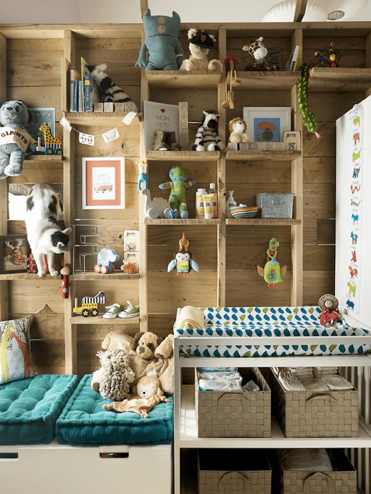 gran estantería de madera en dormitorio infantil