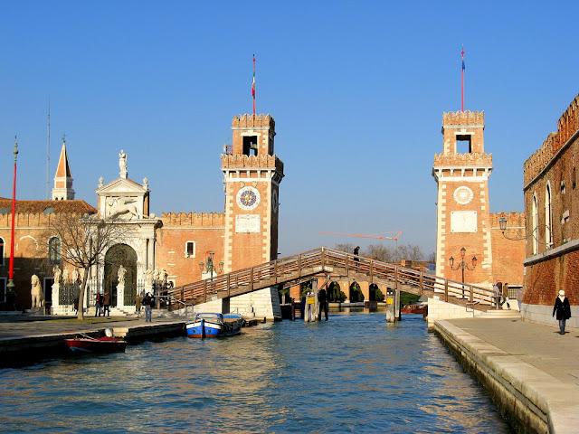 """Il primo test del più numeroso e folto """"sciame"""" di robot subacquei del mondo, che si è svolto a settembre nelle acque dell'Arsenale di Venezia."""