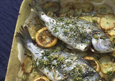 صينية سمك قاروص مع البطاطس