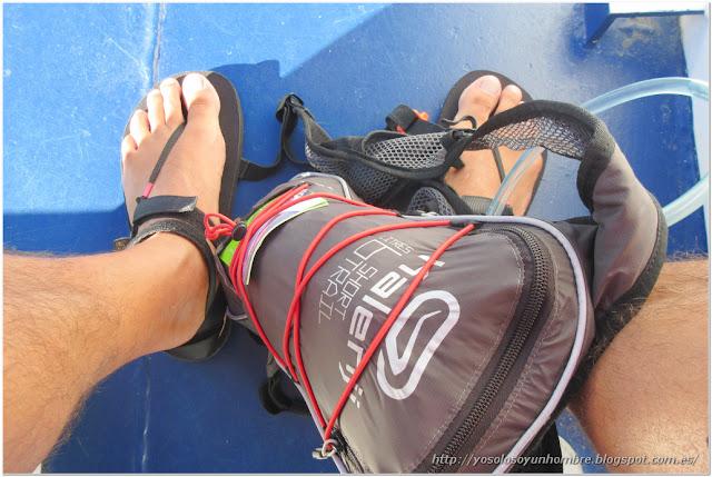 Sandalias y mochila de hidratación. What else?