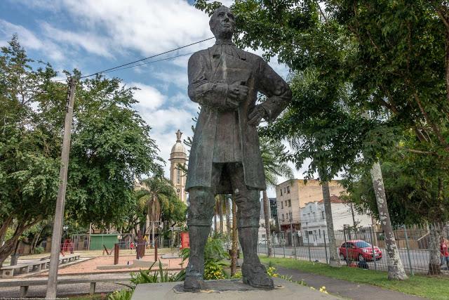 A estátua do Ouvidor Pardinho, localizada na Praça Ouvidor Pardinho